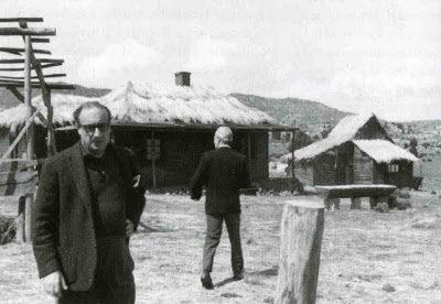 José Luis Galicia (de espaldas) y Juan Carlos Cubero supervisando la construcción de unos ranchos en Hoyo de Manzanares