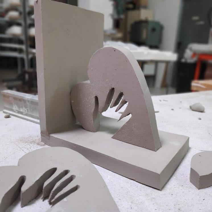 El sujetalibros de cerámica coge forma.