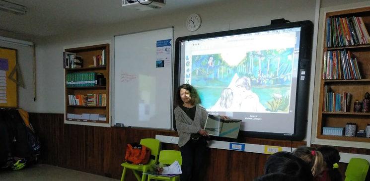 Explicant el conte El tresor del calau amb la projecció de les il·lustracions de la Pilar Mena en una classe de tercer de primària