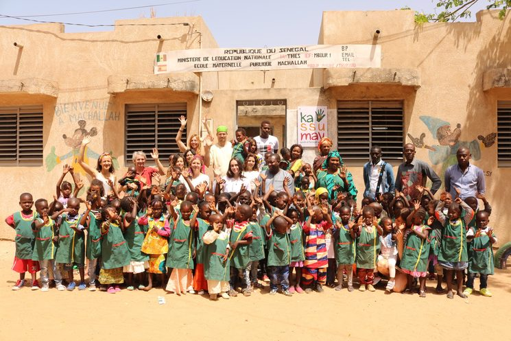 Alumnos, maestros y voluntarios en la Escuela Infantil Machallah-Kassumay en Abril 2018