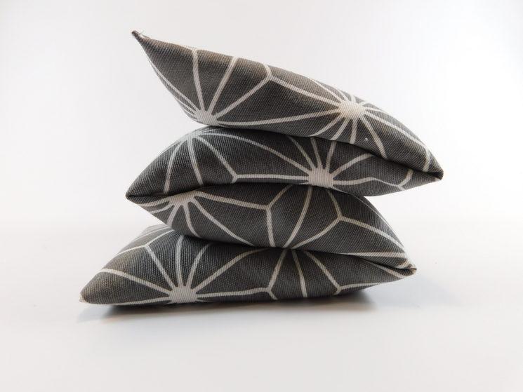 Cojín dibujo diamante blanco-fondo gris piedra