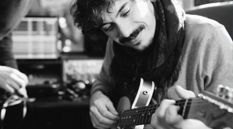 Víctor L. Pescador, es el productor del disco y suyas son las guitarras principales. ¡Un lujo para mis canciones!