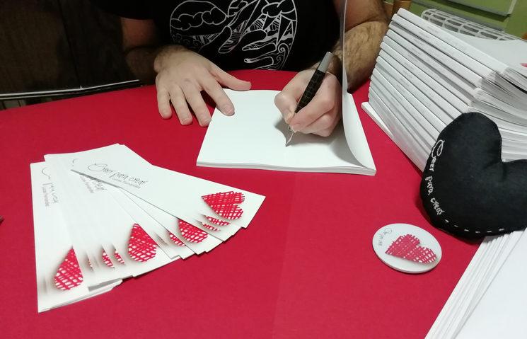 Firmando libros.