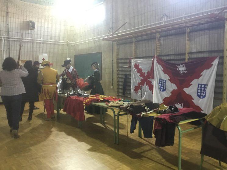 Enseñamos a los alumnos del IES Hoces del Duratón de Cantalejo (Segovia) la vestimenta y armas de diferentes épocas