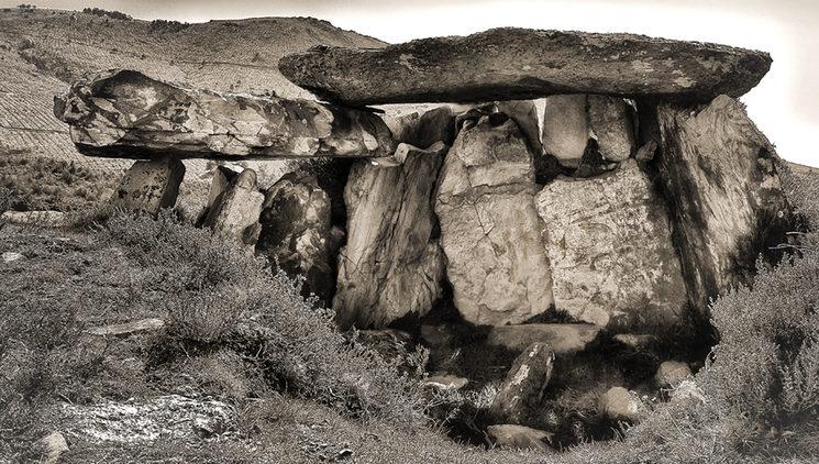 Dicen que una mujer colosal, a la que los árboles más altos sólo le alcanzaban las rodillas, construyó este dolmen...