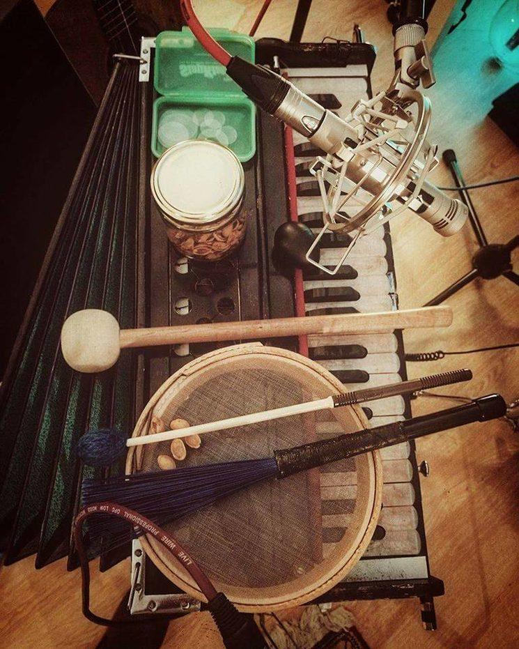 Algunos de los instrumentos de Javi Otero, sin Javi Otero en la imagen, que prefiere poner toda el alma en el trabajo desde la sombra y no aparecer en fotos