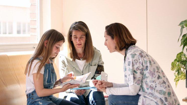 La Dra. Teresa Franco le explica a Berta y a su madre Anna cómo funciona el Kit de Nixi for Children.