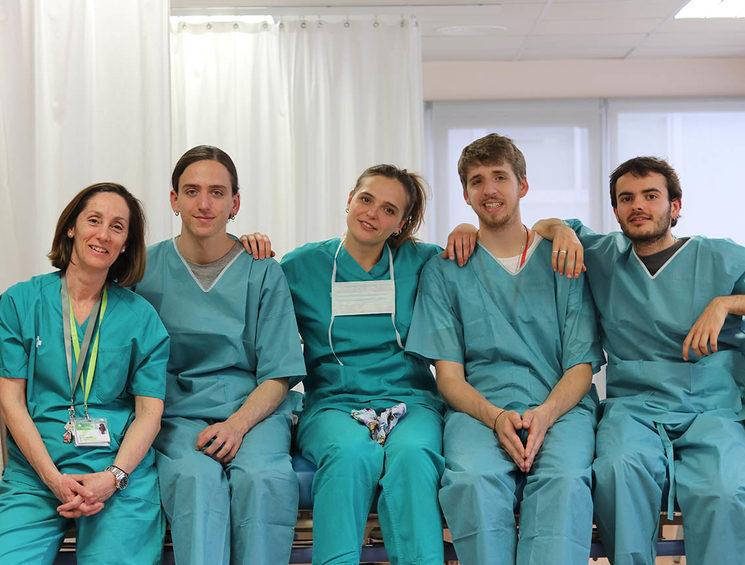 Parte del equipo durante el rodaje en el Hospital Universitari Germans Trias i Pujol de Badalona. De izquierda a derecha: Dra. Teresa Franco, Lluc Lóbez, Sílvia Galí, Tomàs Lóbez, Dani Flamarique.