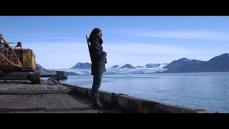 Sasha en el puerto de Pyramiden.