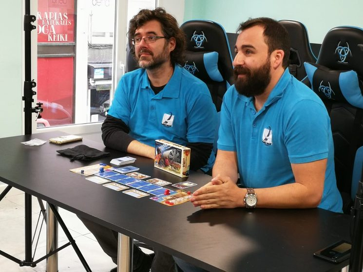 La coincidencia del color de las sillas molonas de la sala de gaming con el azul corporativo de la empresa fue una agradable coincidencia