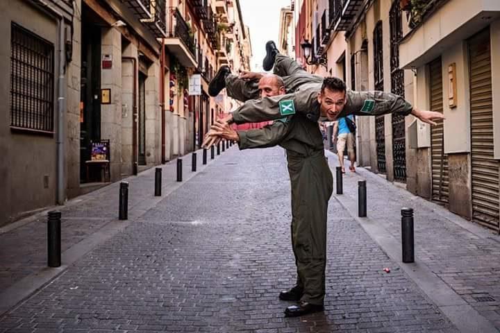 EX haciendo -el gamba- antes de una performance en una calle de Madrid
