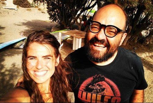 Cora Cruz (directora y actriz de Naranjas) e Ignatius Farray en el Médano