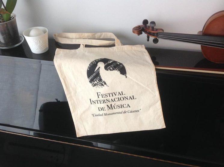 bolsa del festival, en breve esperamos disponer también del mismo modelo en negra con el logo blanco