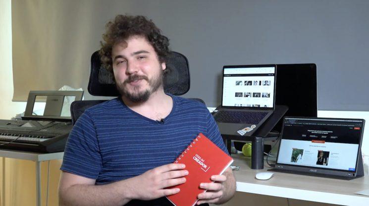 Nahuel con el prototipo de la guía del creador