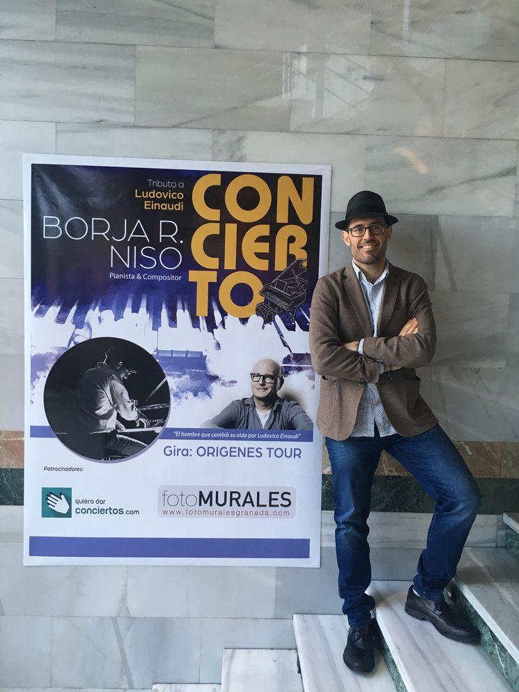 Posando frente al cartel de la Gira Orígenes Tour en la preciosa ciudad de Granada