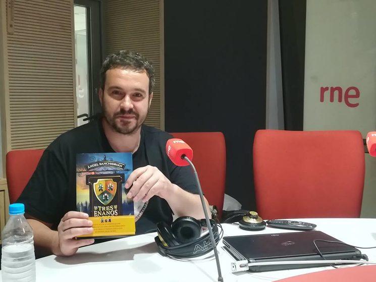 """Ángel Sanchidrián con su primer libro """"Tres enanos y pico"""" en RNE"""