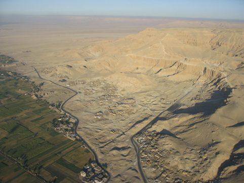 Circo rocoso de Deir el Bahari, en la antigua Tebas (Luxor). Proyectovisiramenhotephuy©IEAE