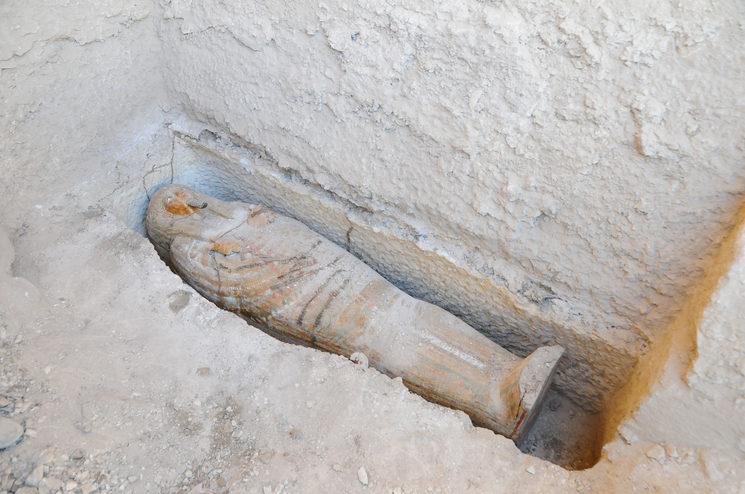 Sarcófago del Sacerdote de Amón Anj-ef-en-Jonsu, en el momento de su descubrimiento en 2015. Proyectovisiramenhotephuy©IEAE