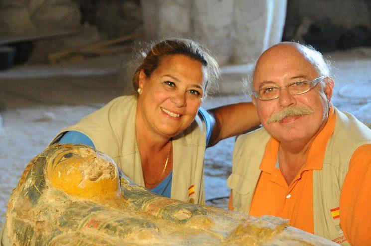 Teresa Bedman y Francisco J. Martín Valentín, directores de la misión, junto al sarcófago de la Cantora de Amón. Proyectovisiramenhotephuy©IEAE