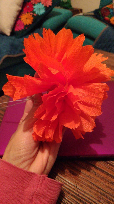 Haciendo flores de cempasúchil en papel crepe
