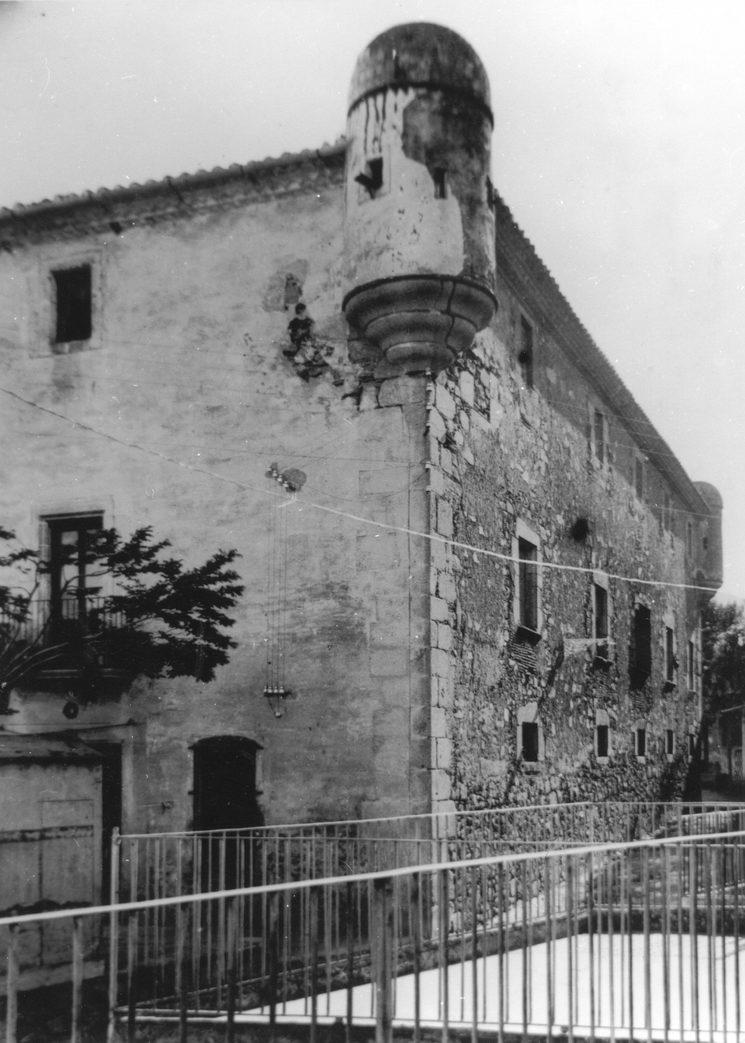 Can Sarriera o can Baixeres, antic casal dels Argentona, una de les nissagues de Burriac. Derruït cap el final de 1936.