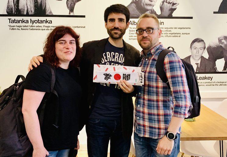 Con Rosa y Jordi de Bicicleta Studio y su regalo de ánimo para los últimos días de campaña