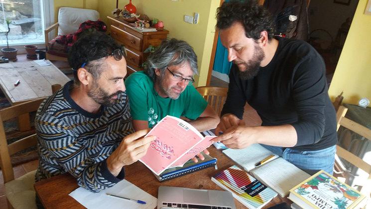 Mario, Víctor y Ulises decidiendo tipografía, estilo...