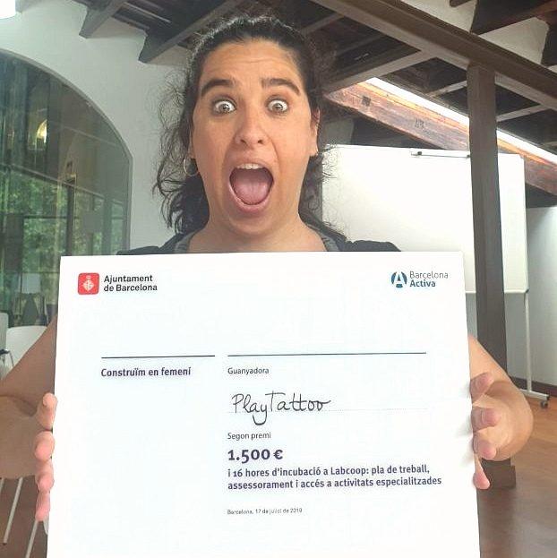 Marta Roca, Directora Ejecutiva de Playtattoo Be Change, recogiendo el premio