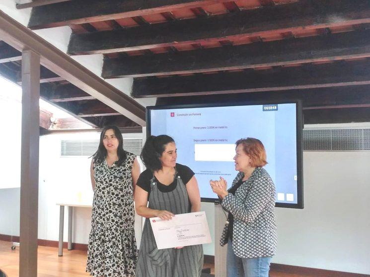 Marta Roca, CEO de Playtattoo Be Change, recibiendo el premio