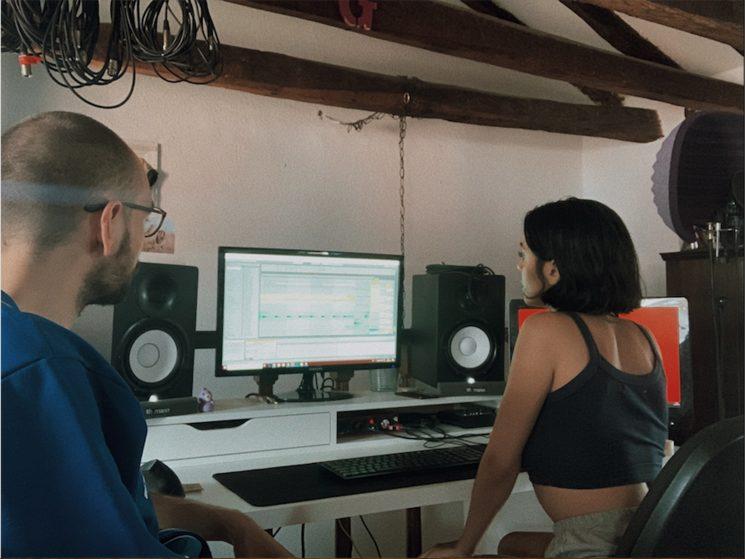 Adriana Terrén y lacostra en el estudio
