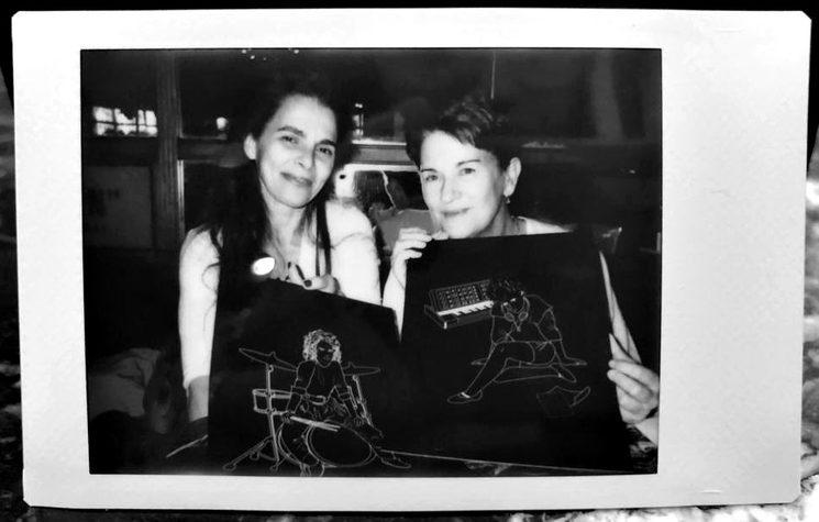 Aquí tenéis a Ángela y Gema posando junto a las láminas de sus ilustraciones del libro.