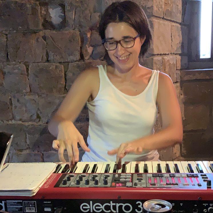 Marta en sesión de grabación de teclados