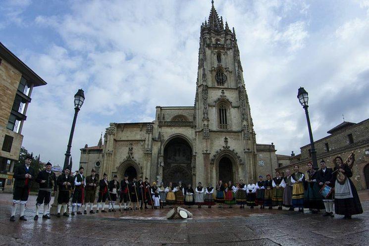 Grupo de Baile Tradicional Xeitu delante de la Catedral de Oviedo.