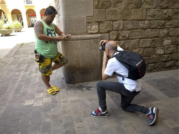Oriol Miñarro fotografiando en la plaza de les Ramelleres. Barcelona, 2019
