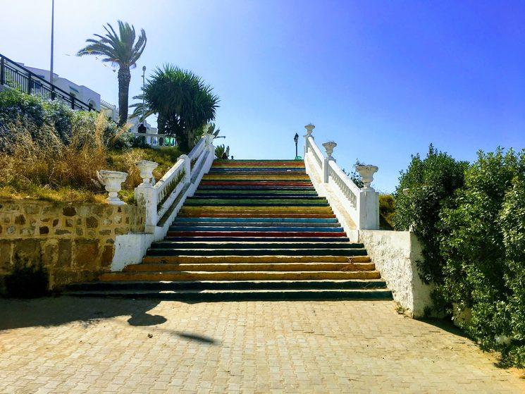 Escaleras de color ubicadas en la ciudad costera La Marsa, Túnez
