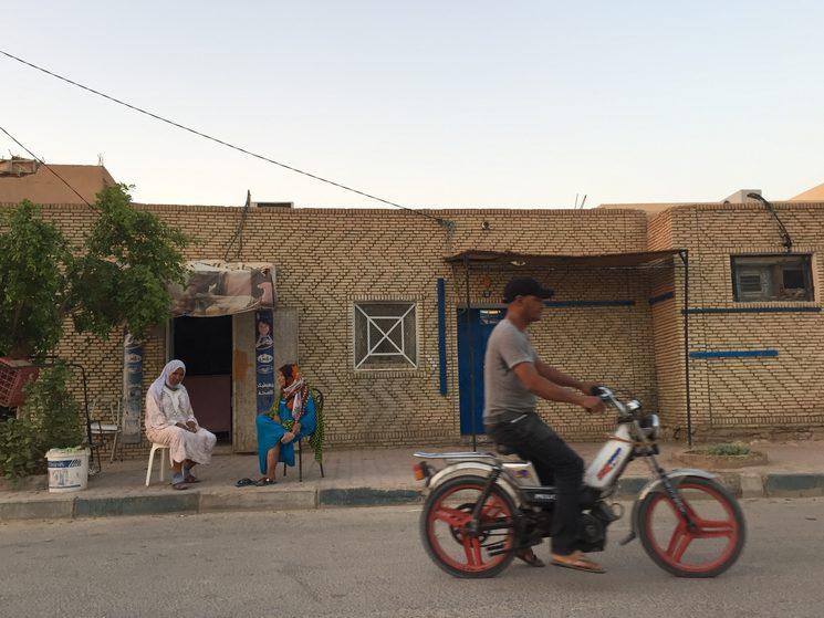 Dos mujeres hablando en las calles de Tozeur, en el suroeste de Túnez