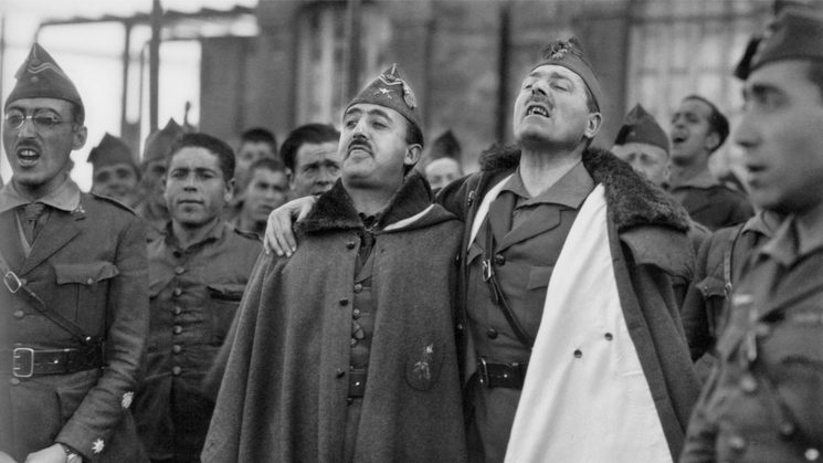 Franco y Millán Astray abrazados mientras entonan cánticos legionarios. Cuartel de Dar Riffien, 1926. BARTOLOMÉ ROS