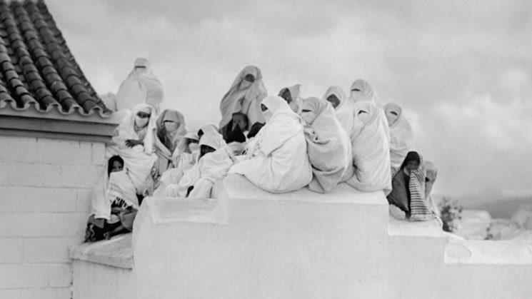 Un grupo de mujeres en las azoteas, para ver el paso de la comitiva de la Reina María de Rumanía. BARTOLOMÉ ROS