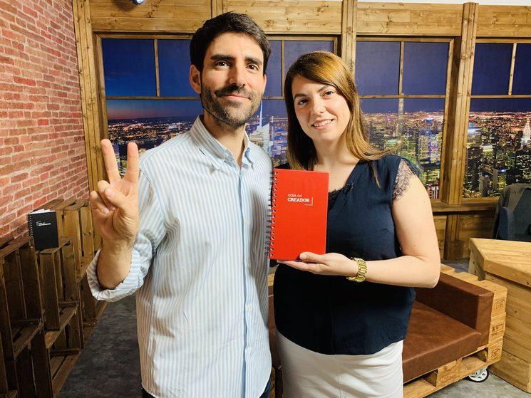 Con Almudena Palacios y el prototipo de la guía, en el Late Show