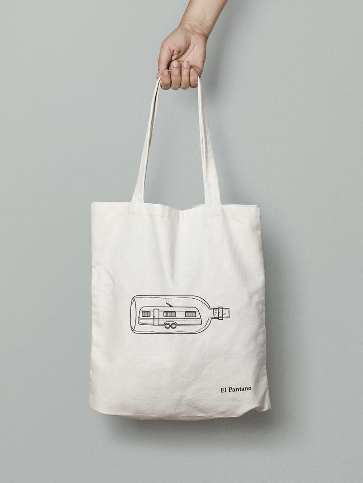 Tote Bag personalizada para el proyecto. Diseñada por Omnia Estudio