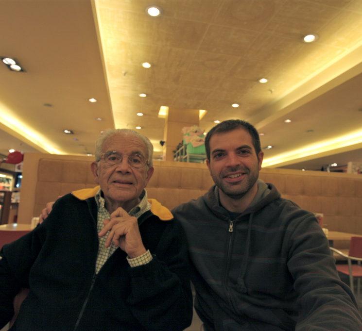 Mi abuelo y yo merendando juntos hace unos años. Foto de mi abuela Elena