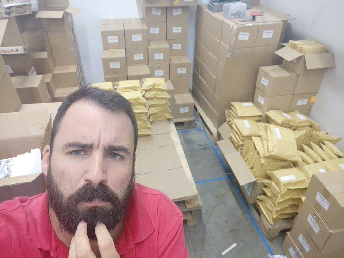 Victor se pregunta donde irán ese montón de cajas y sobres