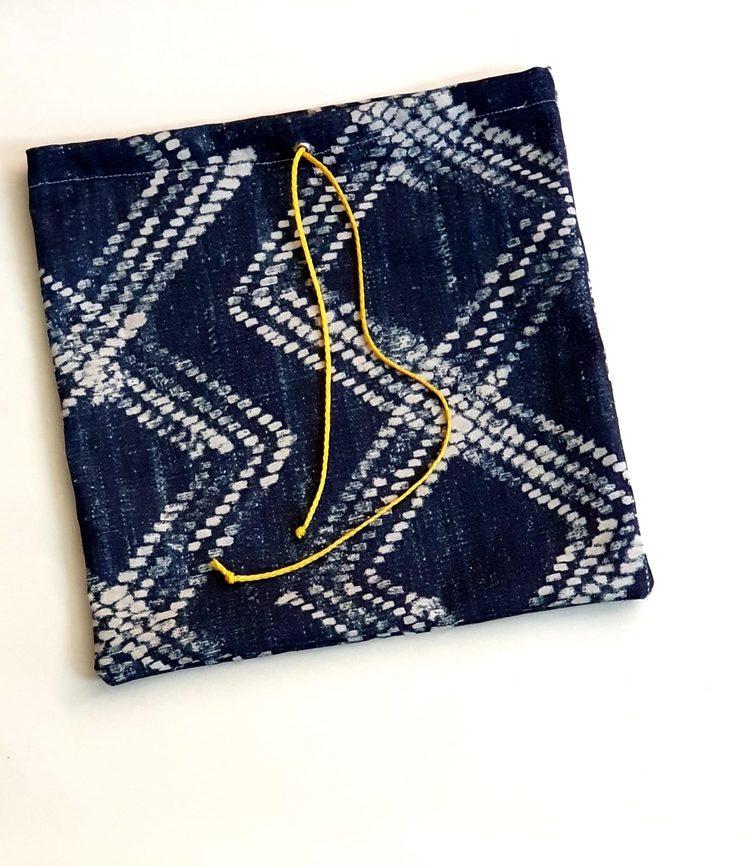 Estas bolsitas guardalibros ( y en realidad multiusos) están hechas a mano por med a malina