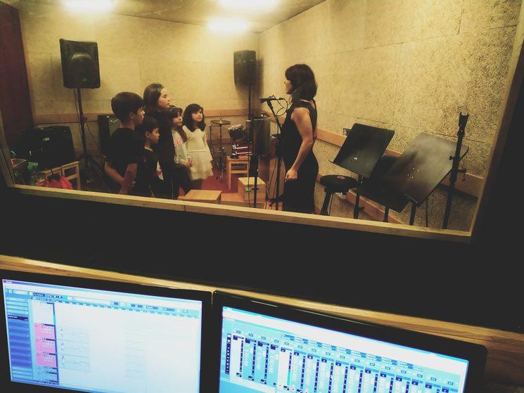 Onte gravamos as voces dos peques no estudio.
