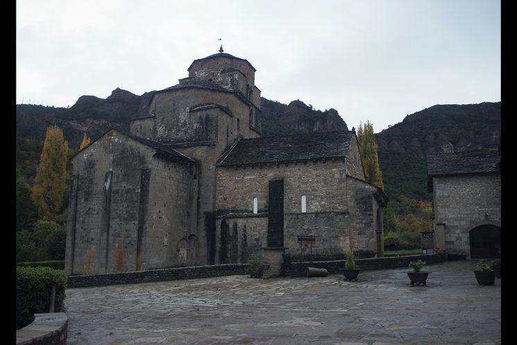 La Iglesia de Santa María, a la que acuden Vista y su amante durante las misas. La iglesia del pueblo es, también, un espacio en el que Vista pretende ser sincera y revelarle sus pecados a su amante.