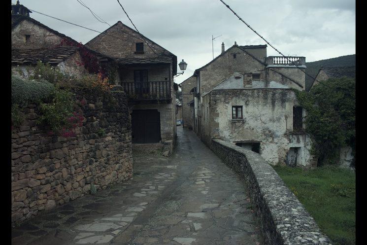 Calles de Santa Cruz de la Seros, bajo la luz matinal que supone los retornos a casa de la protagonista, normalmente tras una noche amarga.