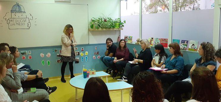 Leticia Garcés impartiendo formación en una escuelas de padres y madres