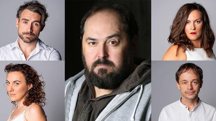 Juanma Cifuentes rodeado del elenco.