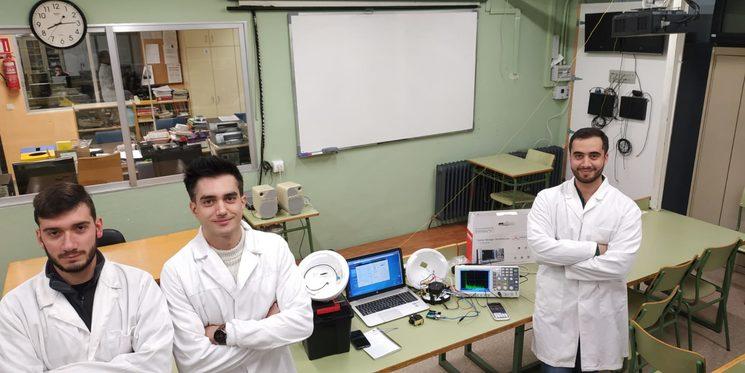 Ismael López y Adrián Peñalver realizando pruebas de modulación en FSK.