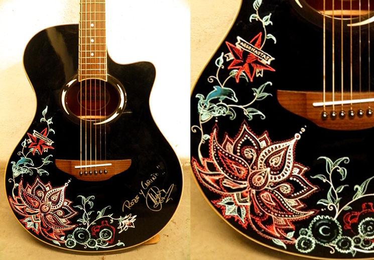 Detalle de dibujo pintado sobre guitarra acústica